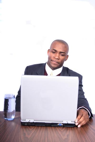 man väljer sökord för sin business